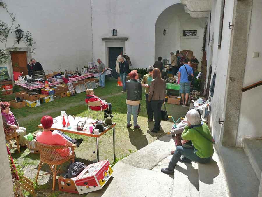 Schlosshof beim Frühjahrsputz 2013